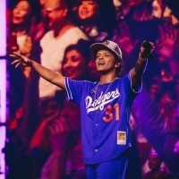 Bruno Mars performs in Taipei, gets taste of Taiwanese guava