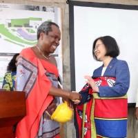 蔡總統穿上史瓦濟蘭傳統沙龍 笑說「很搭」衣服