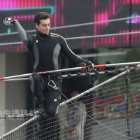 【太厲害】台灣女婿高空走鋼索開球 莫瑞紀歐是「金氏世界紀錄」神人