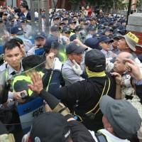 【快訊】軍改案衝突32員警11記者受傷 政院嚴厲譴責暴力