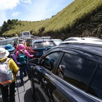 Illegal parking causes serious traffic jam on Hehuan Mountain in central Taiwan over the weekend