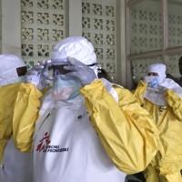 無國界醫師組織全副武裝,準備進入剛果伊波拉疫情中心資料照(美聯社)