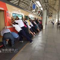 老婦卡月台縫遭拖行5公尺 乘客推火車救人