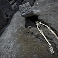 龐貝遺址出土骸骨 巨石橫空壓頂