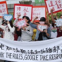 Laborers protest HTC at Taipei's Google office