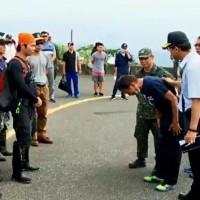 飛官吳彥霆父親抵五分山招魂 向救難人員鞠躬致敬