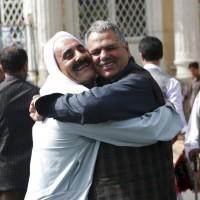 開齋節停火 塔利班與阿富汗政府軍相擁