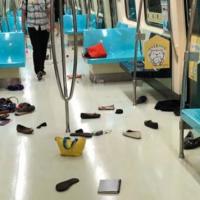 捷運有老鼠!乘客竄逃物品散落車廂