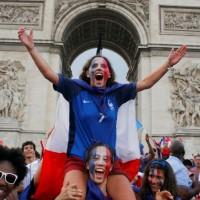 【睽違20年】法國再捧世足冠軍盃 10萬球迷街頭狂歡!