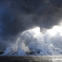 夏威夷火山岩漿砸中船隻 22人受傷