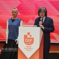 機器人蘇菲亞對談PTT之父   杜奕瑾:AI無法取代人性