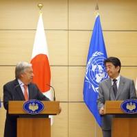 聯合國秘書長赴日見安倍 兩人強調維持北韓制裁