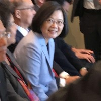 Photo of the Day: Taiwanese high school student meets Tsai in LA