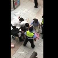 【突發】北捷車廂驚傳老婦揮刀 一名警員受傷
