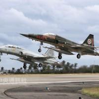 兩架F-5戰機降落竟同時「爆胎」 空軍澄清:非用翻修胎