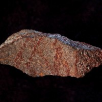 南非布隆伯斯洞窟 發現疑似壁畫的碎石