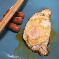 Overseas Taiwanese students post silly photos of fried eggs in Taiwan shape