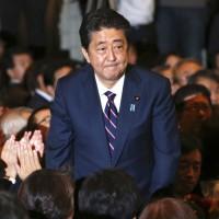 安倍成功連任自民黨黨魁 明年有望成為日本在任最久首相