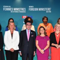 日本外相受邀赴加參與外長會議 全場只有他不是女性