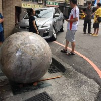Quartz sphere weighing 2,000kg hits the road, houses, cars in Taiwan's Keelung City