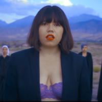 吉爾吉斯女歌手袒露上胸 驚傳收到死亡威脅