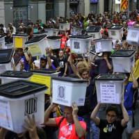 紀念獨立公投遭打壓一周年 加泰隆尼亞民衆高舉投票箱抗議