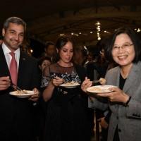 國慶酒會嚐臺灣美食 蔡英文阿布鐸連比讚