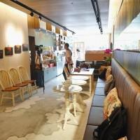 「Evie's Café伊米咖啡」店內有藝文工作者展演的空間,店外也有可供街頭表演、拍照打卡的活動舞台區。(嘉義市工商發展投資策進會提供)
