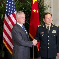 美中國防部長會談 雙方面無表情握手