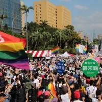號召支持婚姻平權公投 13.7萬人擠爆同志大遊行