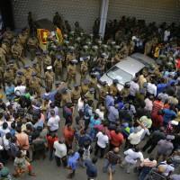 斯里蘭卡總統開除總理陷政治危機 警察開槍一人死亡