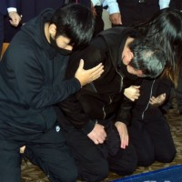 Driver behind deadly derailment in NE Taiwan attends memorial service, kowtows, cries