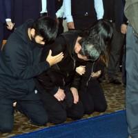普悠瑪司機員靈堂下跪 罹難者家屬:我們一起找真相