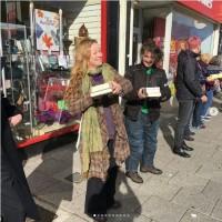 英國書店搬遷 250人自願加入接力搬書行列