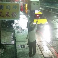 Irate taxi driver tries to 'blind' 5 speed cameras with Post-it notes in northern Taiwan