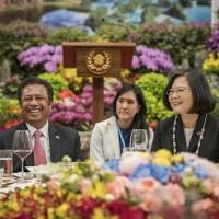帛琉總統推與鯊共游觀光 笑稱帛琉鯊魚「吃素」