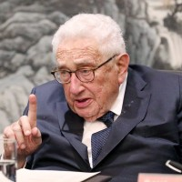 Kissinger in Beijing speaking to Peking University students, Nov. 2018 (Image from Peking Univ.)