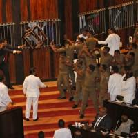 斯里蘭卡政治混亂 議員在國會中噴辣椒噴霧、丟椅子