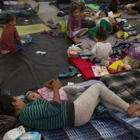 中美移民集團停留墨西哥邊境城市民衆不滿 上街抗議高喊移民滾出去