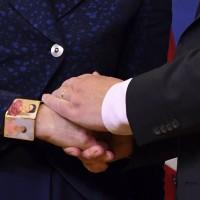歐盟通過脫歐協議 梅伊戴畫家芙烈達手環以明志?