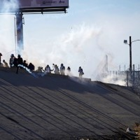 美墨邊境移民企圖強闖邊界 遭催淚瓦斯驅離