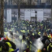 法國黃背心暴力抗爭加劇 近1700人被捕