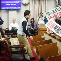 拒審促轉會預算 國民黨翻桌、抽楊翠椅子