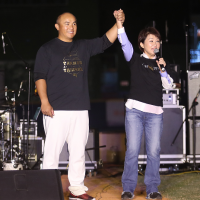 Taichung mayor-elect accidentally cuts into set of Taiwanese rock band, angers crowd