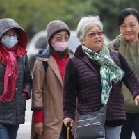 今年首波大陸冷氣團影響,17日北台 灣整天冷颼颼,白天高溫僅攝氏17至19度,入夜後氣溫還會下探12、13度。