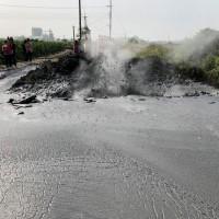 慶祝就職?! 萬丹泥火山噴發 毀了準村長的玉米田