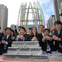 Taichung Mayor Lu Shiow-yen gives out 10,000 bottles of air from Taichung