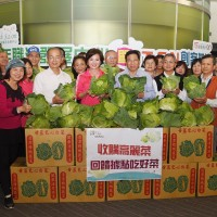 Local gov. buys cabbages for elderly in central Taiwan