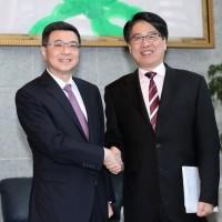 【實況】民進黨主席補選 卓榮泰與游盈隆今首場電視政見會