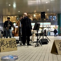 Taiwanese filmmaker busks in support of homeless